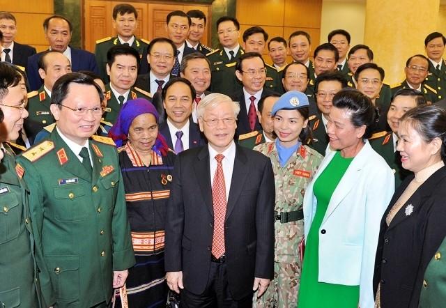 KPV-Generalsekretär Nguyen Phu Trong trifft sich mit vorbildlichen Menschen im Aufbau der Verteidigung - ảnh 1