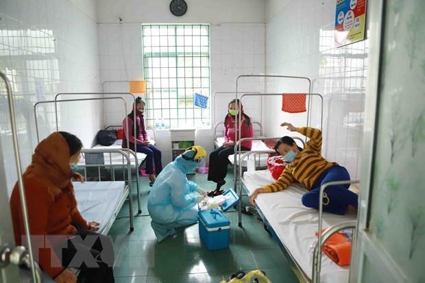 Ärzte und Krankenpflege kämpfen gegen Covid-19 in Binh Xuyen - ảnh 4