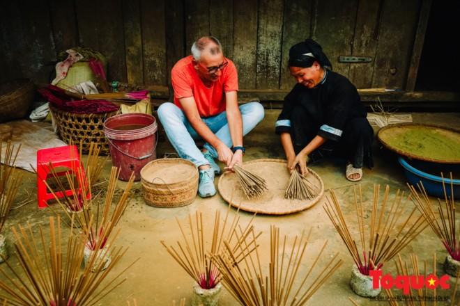 Die traditionelle Herstellung von Räucherstäbchen der Volksgruppe der Nung An in Cao Bang - ảnh 1