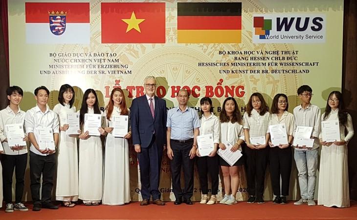 Übergabe von Stipendien des HMWK an ausgezeichnete Studierende in Hanoi und Umgebung - ảnh 1