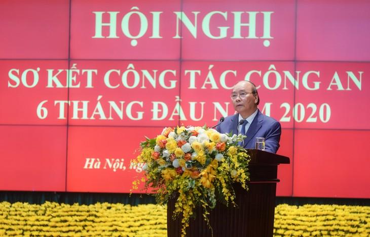 Premierminister Nguyen Xuan Phuc: die Polizei hat einen wichtigen Beitrag zur Covid-19-Bekämpfung geleistet - ảnh 1