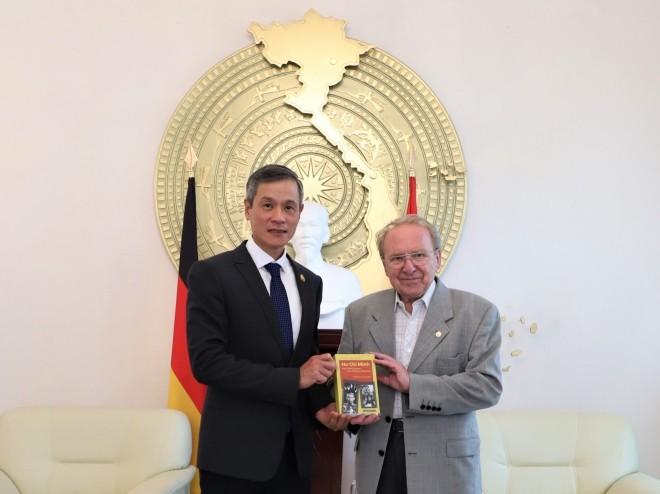 Journalist Hellmut Kapfenberger schenkt Vietnam ein Buch über Präsident Ho Chi Minh - ảnh 1