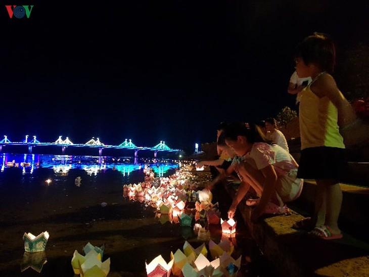 Wasserlaternen im Fluss Thach Han als Dank an gefallene Soldaten - ảnh 1