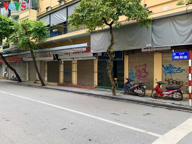 Zahlreiche Geschäfte in Hanoi sind wegen Covid-19-Epidemie geschlossen - ảnh 13