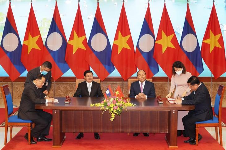 Vietnam und Laos unterzeichnen 17 Dokumente zur Orientierung der Zusammenarbeit - ảnh 1