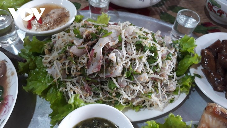 Bong-Fisch: Köstliches Gericht der Volksgruppe der Tay in Yen Bai - ảnh 2