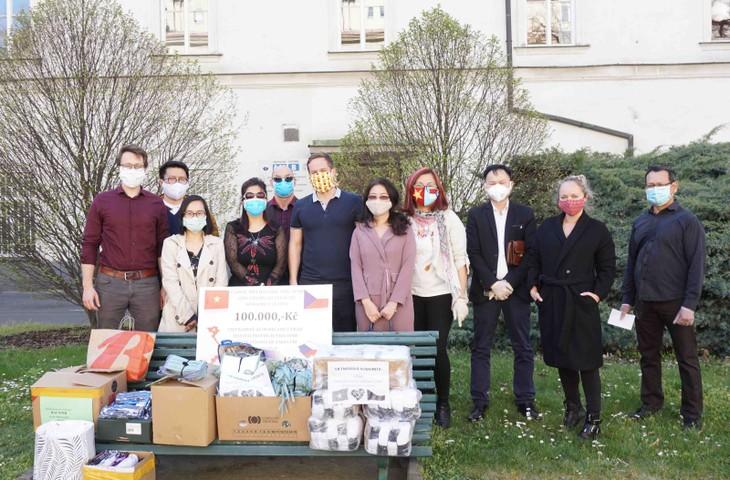 Vietnamesen in Tschechien solidarisieren sich, um die Epidemie zu überwinden - ảnh 1