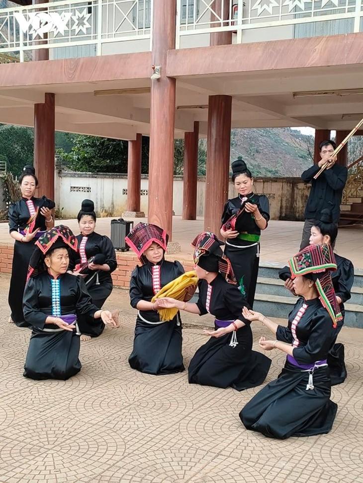 Die Volksgruppe der Thai im Dorf Hin bewahrt die Kulturwerte  - ảnh 2