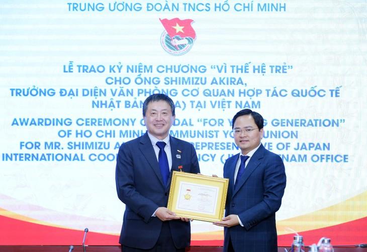 Zentraljugendverband überreicht Erinnerungsorden an Vertreter des JICA-Büros in Vietnam - ảnh 1