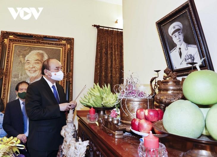 Staatspräsident Nguyen Xuan Phuc zündet Räucherstäbchen für General Vo Nguyen Giap an - ảnh 1