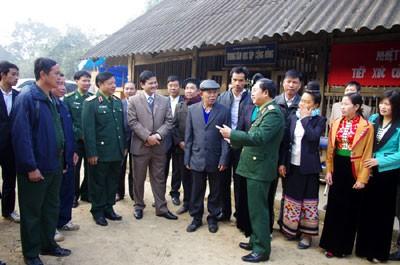 Para anggota MN Vietnam melakukan kontak dengan pemilih di daerah-daerah - ảnh 1