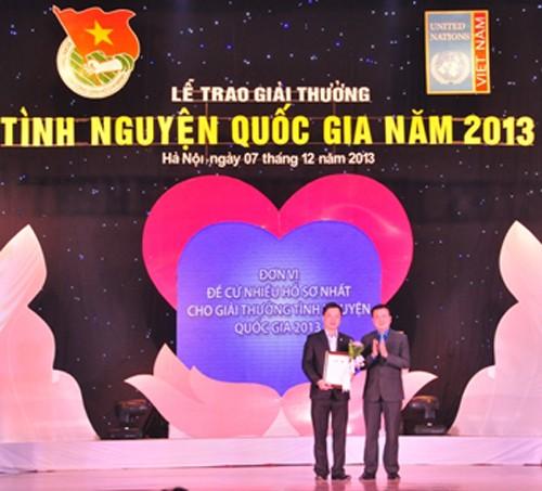Menyampaikan Penghargaan Sukarelawan Nasional tahun 2013 - ảnh 1