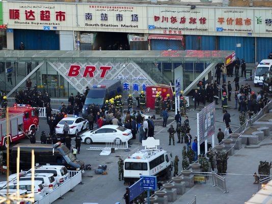 Serangan teror di stadion kereta api Xinjiang, sehingga mengakibatkan 80 korban - ảnh 1