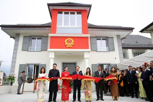 Deputi PM Vietnam, Vu Van Ninh menggunting pita peresmian Kantor Perwakilan Vietnam baru di Jenewa (Swiss) - ảnh 1