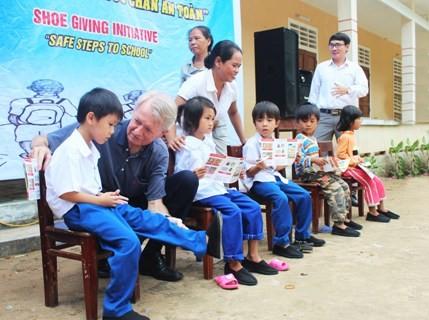 Memberi informasi tentang masalah bom dan ranjau sisa-sisa pasca perang di Vietnam kepada para mahasiswa AS - ảnh 1