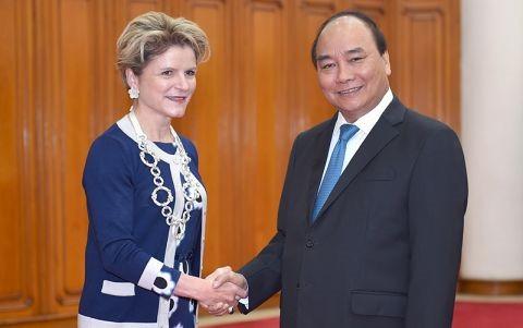 PM Nguyen Xuan Phuc menerima Sekretaris Negara Kementerian Ekonomi, Pendidikan dan Penelitian Swiss, Ibu Ineichen - ảnh 1
