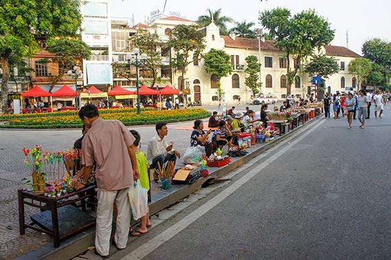 Ciri budaya baru di zona untuk  pejalan kaki di sekitar Danau Hoan Kiem  - ảnh 5