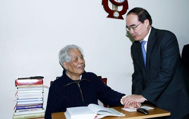 Ketua Pengurus Besar Front Tanah Air Vietnam, Nguyen Thien Nhan mengunjungi para mantan pemimpin Partai Komunis dan Negara Vietnam - ảnh 1
