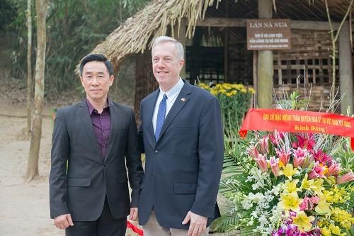 Dubes AS untuk Vietnam, Ted Osius mengunjungi situs peninggalan sejarah revolusi Tan Trao - ảnh 1