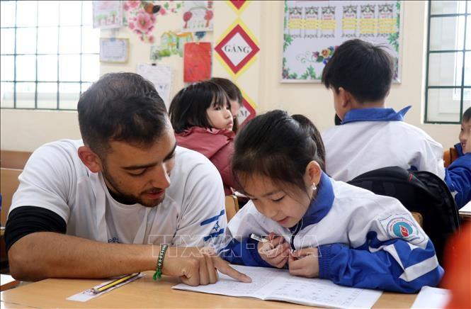 Relawan Israel Mengajar Anak-Anak di Daerah Pegunungan Provinsi Lao Cai - ảnh 1