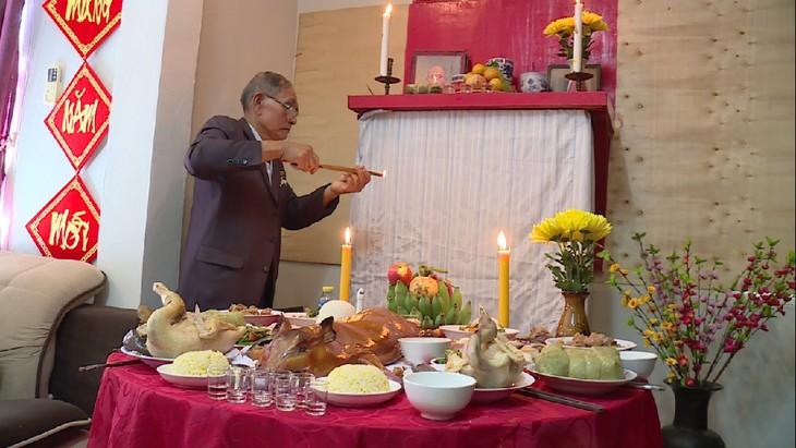 Keluarga diaspora Vietnam di Laos menyambut Hari Raya Tet tradisional Vietnam - ảnh 2