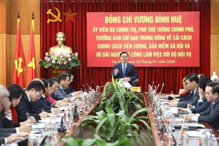 Deputi PM Vuong Dinh Hue Melakukan Temu Kerja dengan Kementerian Dalam Negeri - ảnh 1