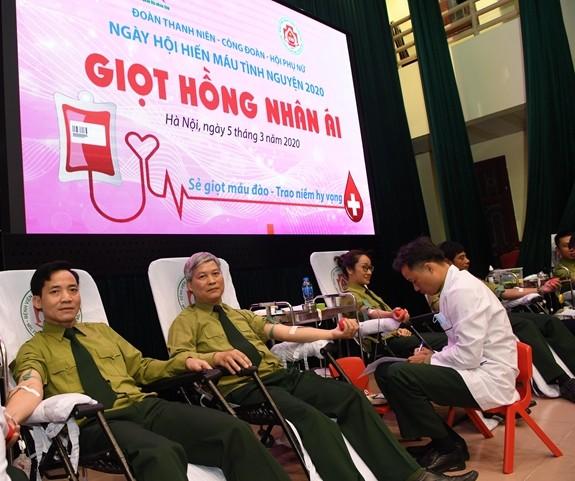 Hari seluruh rakyat mendonorkan darah sukarela (7/4): Jangan membiarkan pasien kekurangan darah karena pandemi Covid-19 - ảnh 1