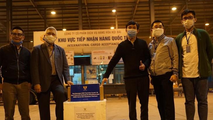 Vietnam memberikan 500 alat tes kit Covid-19 kepada Indonesia - ảnh 1