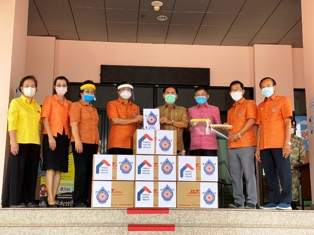 Para diaspora Vietnam di Provinsi Udon Thani, Thailand memberikan bantuan berupa alat medis kepada pemerintahan provinsi ini dalam melawan wabah - ảnh 1