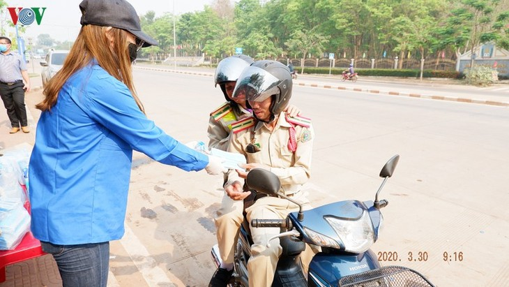Para mahasiswa  Vietnam tidak pulang ke tanah air dalam musim wabah Covid-19 - ảnh 2
