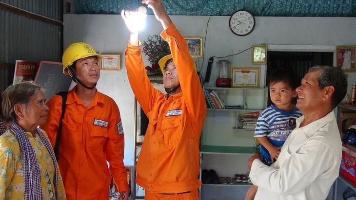 Mengurangi harga listrik untuk warga dan badan usaha dalam waktu 3 bulan - ảnh 1