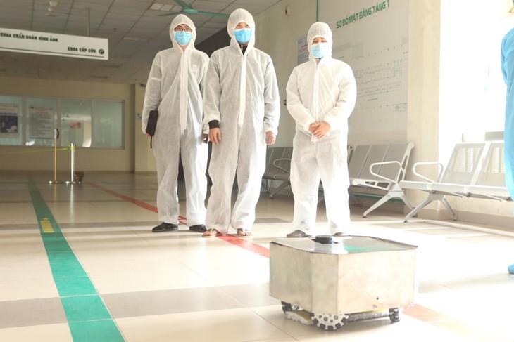 Vietnam berhasil membuat robot pembersihan lantai dan desinfeksi untuk mencegah wabah Covid-19 - ảnh 1