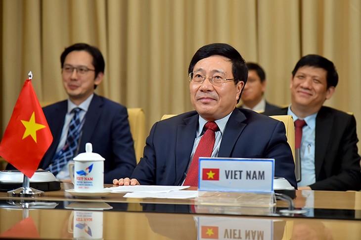 Deputi PM, Menlu Vietnam, Pham Binh Minh menghadiri konferensi video Persekutuan demi multilateralisme tentang topik kerjasama internasional dalam melawan wabah Covid-19 - ảnh 1