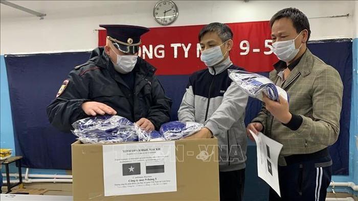 Terus menyebarkan gerakan menghadiahkan masker dari orang Vietnam di Federasi Rusia - ảnh 1