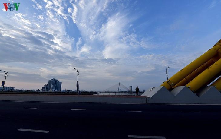 Satu Kota Da Nang yang dinamis sekarang sunyi senyap di tengah pandemi Covid-19 - ảnh 11