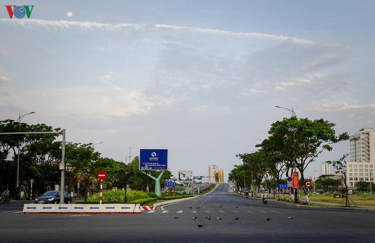 Satu Kota Da Nang yang dinamis sekarang sunyi senyap di tengah pandemi Covid-19 - ảnh 5