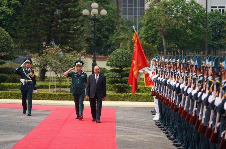 PM Nguyen Xuan Phuc melakukan temu kerja dengan Markas KODAM Angkatan Pertahanan Udara - ảnh 1