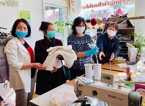 Komunitas orang Vietnam di Republik Czech membantu orang-orang yang menjumpai kesulitan karena wabah Covid-19 - ảnh 1