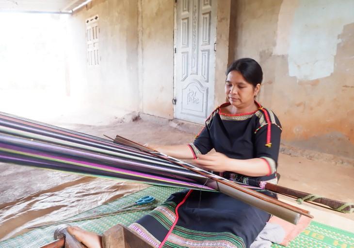 Kaum Perempuan di Dukuh Knia, Kecamatan Ea Tul, Provinsi Dak Lak Melestarikan Kerajinan Tenun Ikat Tradisional - ảnh 1