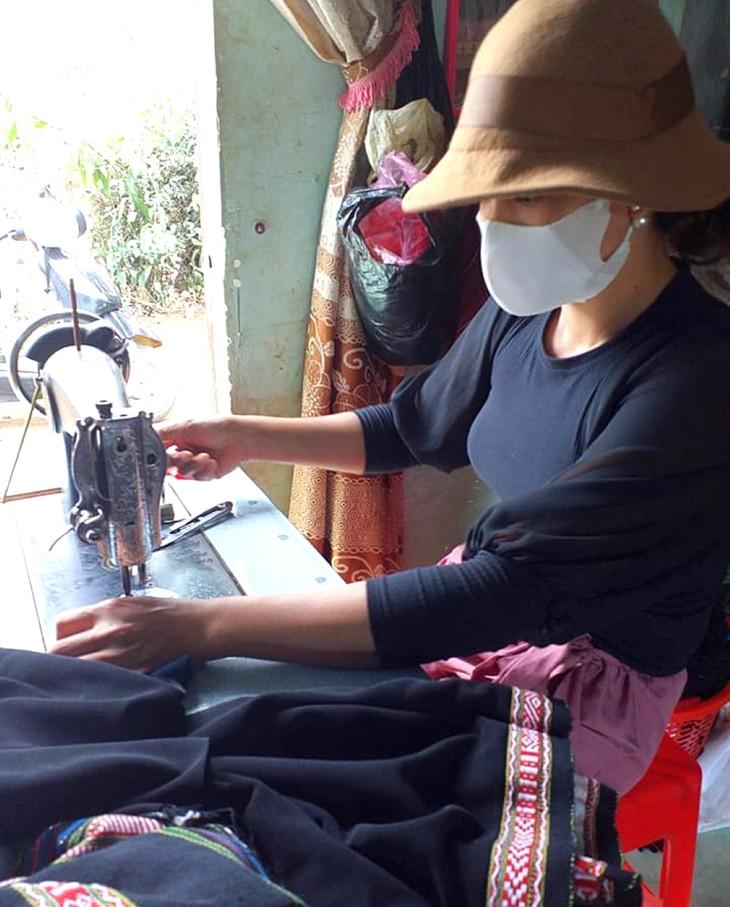 Kaum Perempuan di Dukuh Knia, Kecamatan Ea Tul, Provinsi Dak Lak Melestarikan Kerajinan Tenun Ikat Tradisional - ảnh 2
