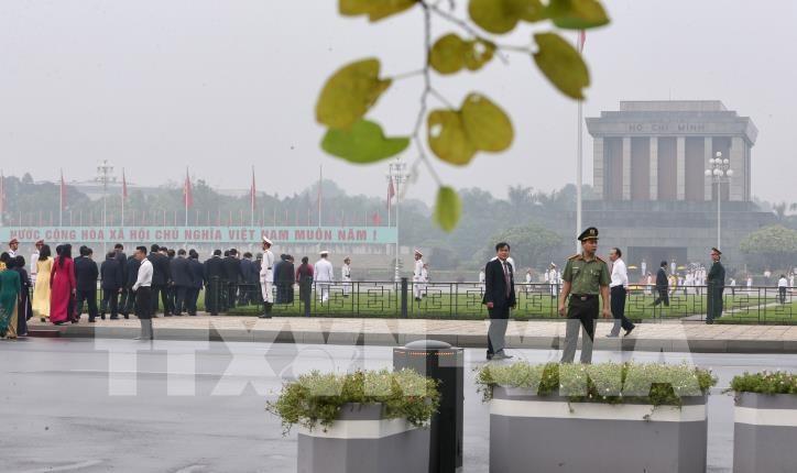 Terus mengadakan ziarah ke Mousoleum Presiden Ho Chi Minh dari hari Selasa (12/5) - ảnh 1