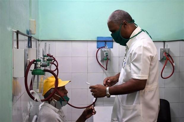 Menyampaikan 100 ton beras kepada para dokter dan barisan kesehatan Kuba di garis terdepan melawan wabah Covid-19 - ảnh 1