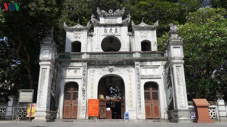 Situs-situs peninggalan sejarah di Kota Hanoi pada hari pertama dibuka kembali - ảnh 11