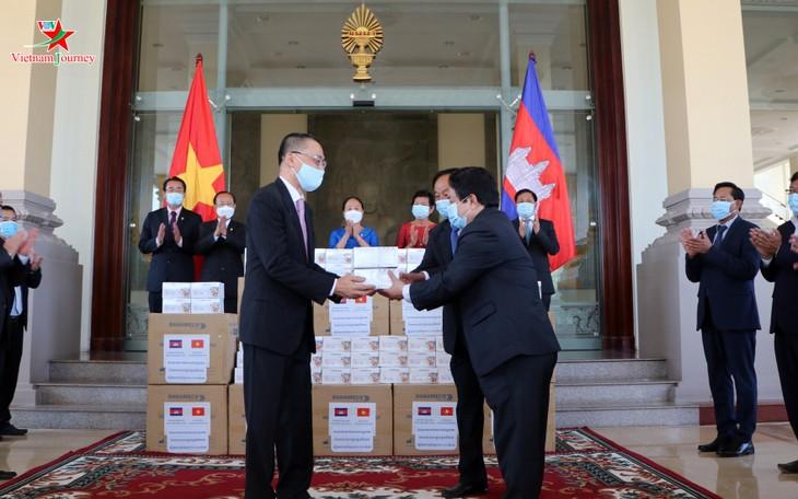 Menyerahkan peralatan medis yang diberikan MN Vietnam kepada Parlemen dan Majelis Tinggi Kamboja - ảnh 1