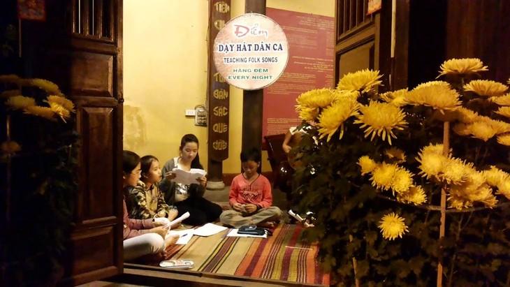 Kursus Menyanyikan Lagu Rakyat Daerah Quang di Tengah Kota Kuno Hoi An - ảnh 1
