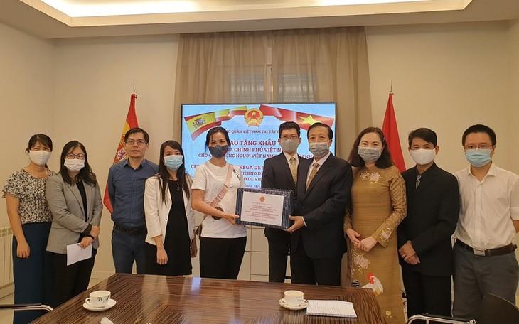 Menyampaikan masker yang diberikan Pemerintah Vietnam kepada komunitas orang Vietnam di Spanyol - ảnh 1