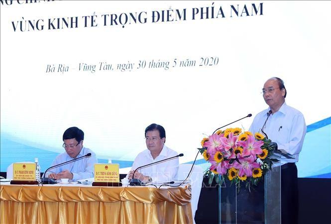 Membahas solusi untuk memulihkan ekonomi provinsi-provinsi di zona ekonomi titik berat di Vietnam Selatan - ảnh 1