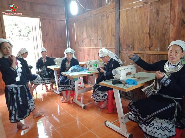Menjaga kerajinan membordir dari kaum perempuan etnis minoritas Dao Tien di Provinsi Cao Bang - ảnh 1