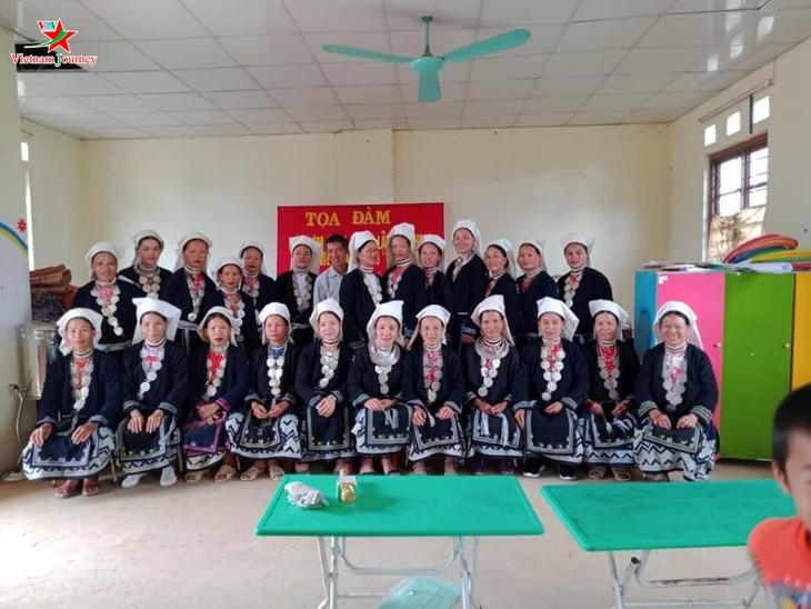 Menjaga kerajinan membordir dari kaum perempuan etnis minoritas Dao Tien di Provinsi Cao Bang - ảnh 2
