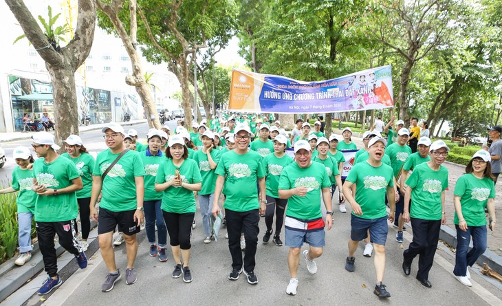 """Gerak jalan demi program """"Bumi hijau"""", mengimbau untuk melindungi lingkungan hidup - ảnh 1"""